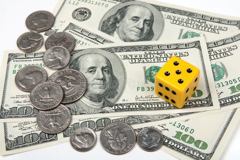 Gelbe Würfel und Geld lizenzfreie stockfotos