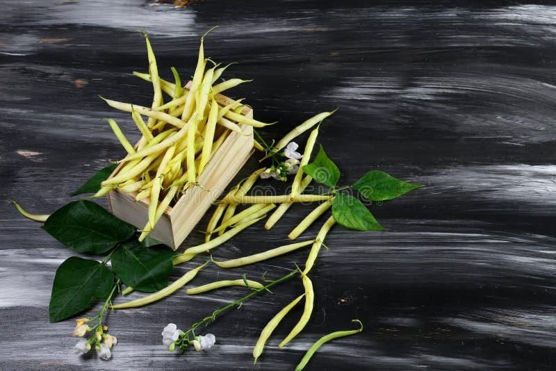Gelbe Wachsbohnen auf Anzeige für Verkauf am lokalen Landwirtmarkt Beschneidungspfad eingeschlossen lizenzfreies stockfoto