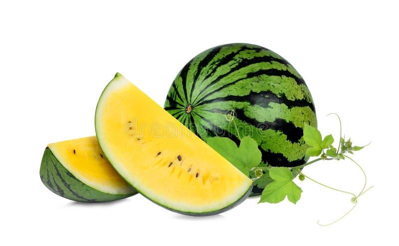 Gelbe Wassermelone des Ganzen und der Scheibe mit dem grünen Blatt lokalisiert lizenzfreies stockbild