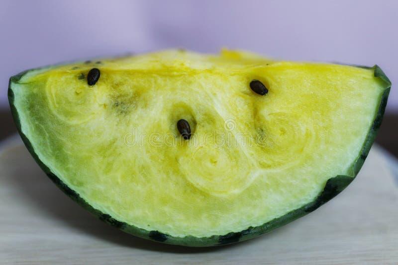 Gelbe Wassermelone ist für das Herz-Kreislauf-System nützlich Die Faser in der Wassermelone verbessert die Leistung des Darmes stockfotografie