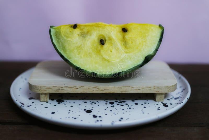 Gelbe Wassermelone ist f?r das Herz-Kreislauf-System n?tzlich Die Faser in der Wassermelone verbessert die Leistung des Darmes stockfoto