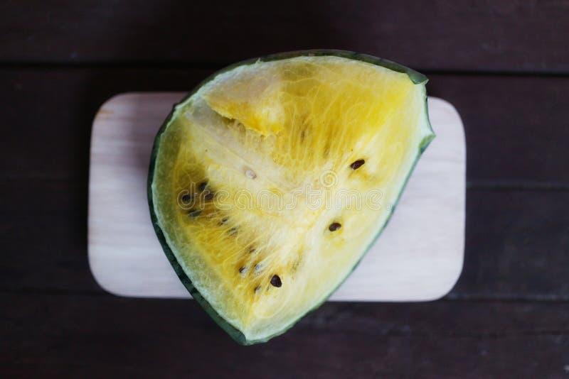 Gelbe Wassermelone ist f?r das Herz-Kreislauf-System n?tzlich Die Faser in der Wassermelone verbessert die Leistung des Darmes stockfotografie