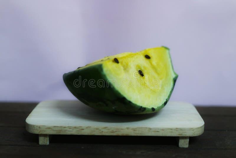 Gelbe Wassermelone ist f?r das Herz-Kreislauf-System n?tzlich Die Faser in der Wassermelone verbessert die Leistung des Darmes lizenzfreies stockbild