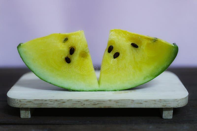 Gelbe Wassermelone ist f?r das Herz-Kreislauf-System n?tzlich Die Faser in der Wassermelone verbessert die Leistung des Darmes lizenzfreie stockfotografie