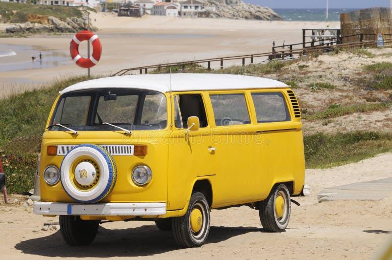 Gelbe Weinlese Van am Strand lizenzfreies stockfoto