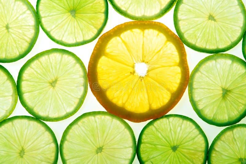 Gelbe Zitrone und grüne Kalkscheiben stockfoto