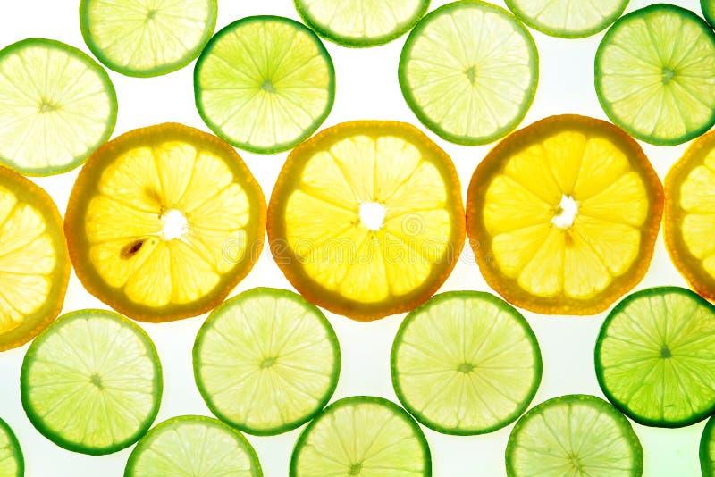 Gelbe Zitrone und grüne Kalkscheiben stockfotos