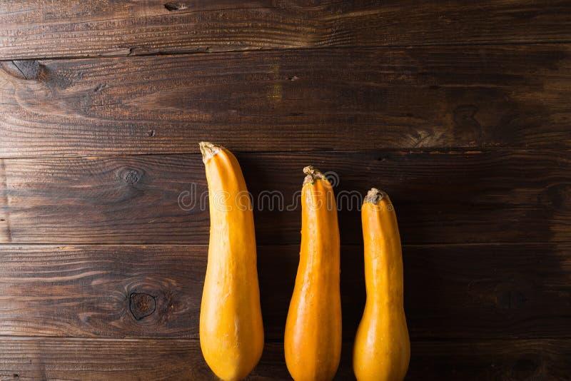 Gelbe Zucchini drei auf einem hölzernen Hintergrund lizenzfreies stockfoto
