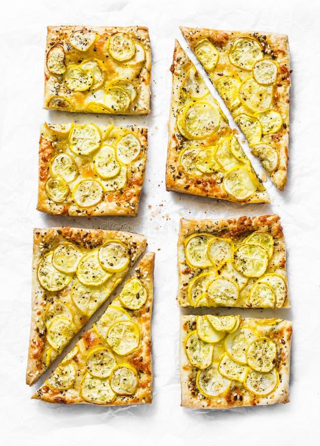 Gelbe ZucchiniBlätterteigminitörtchen auf einem hellen Hintergrund, Draufsicht Geschmackvoller Snack, Tapas lizenzfreie stockfotografie