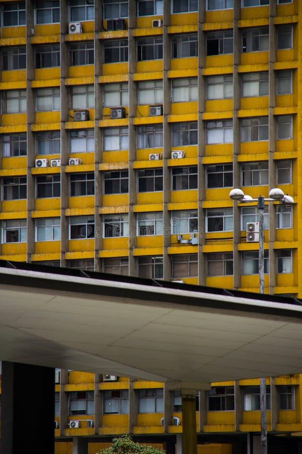 Gelber Büroaltbau mit moderner metallischer Struktur in der Front lizenzfreie stockfotografie