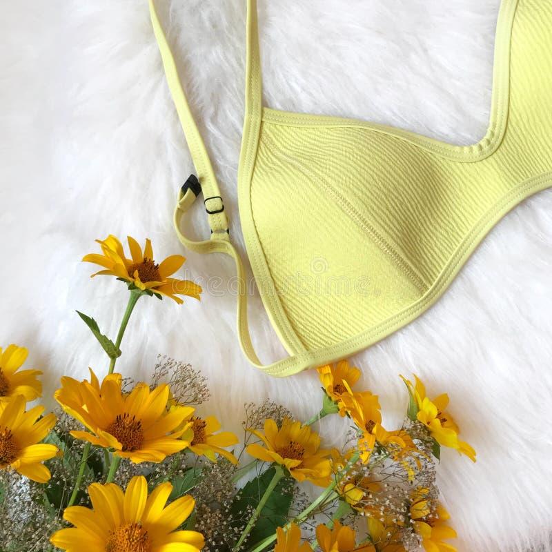 Gelber Badeanzug auf Pelzhintergrund lizenzfreies stockbild