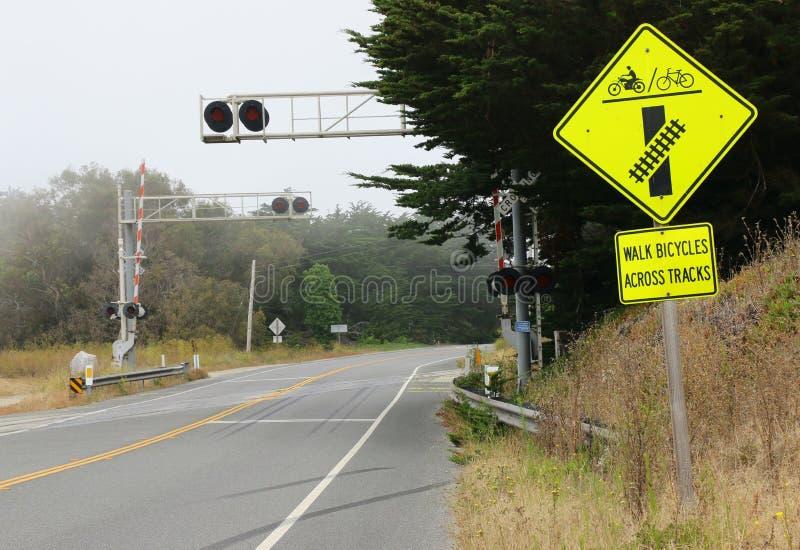 Gelber Bahnübergang Sicherheitszeichen lizenzfreie stockfotografie
