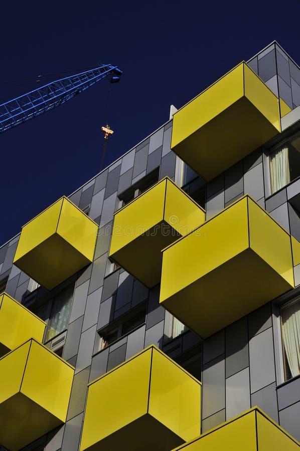 Gelber Balkon und blauer Kran stockfotos