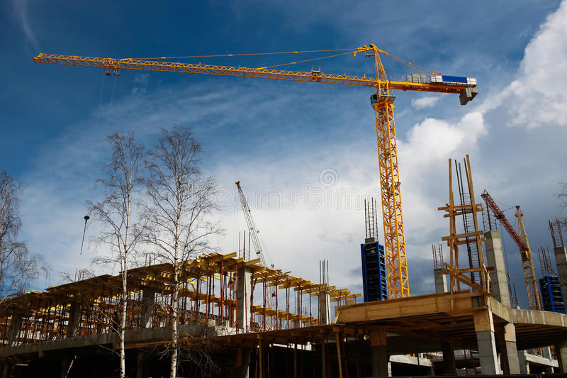 Gelber BauTurmkran gegen blauen Himmel stockfoto