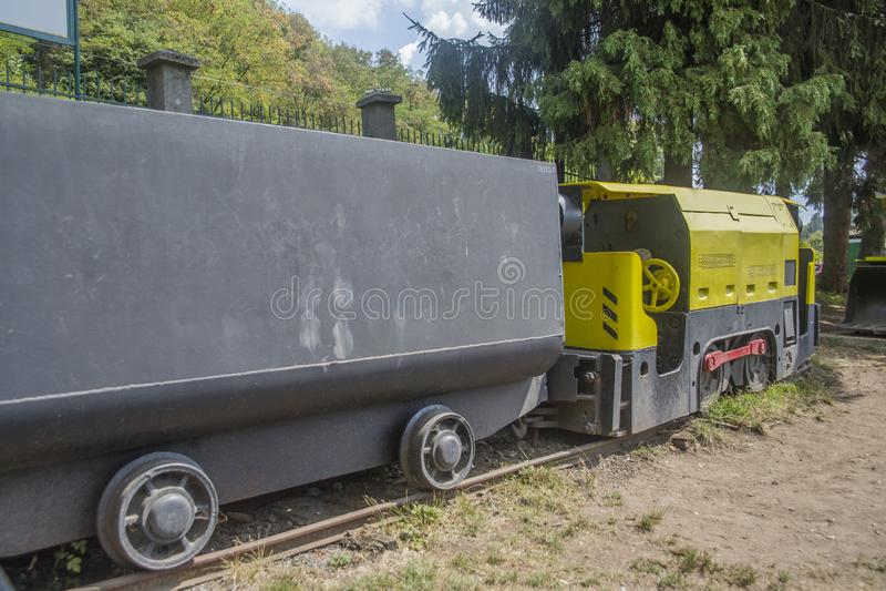 Gelber Bergbauzug mit Lastwagen lizenzfreie stockfotografie