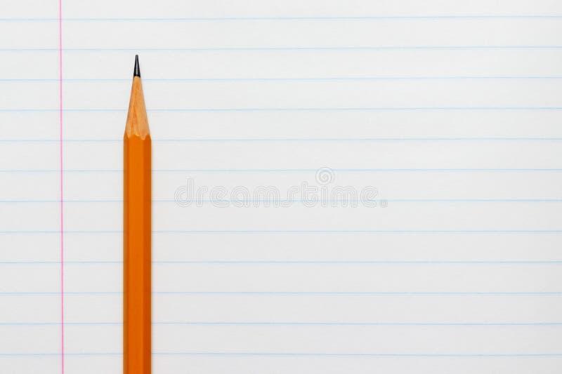 Gelber Bleistift auf dem Hintergrund eines weißen gezeichneten Blattes der Notizbuchnahaufnahme mit Kopienraum stockfoto