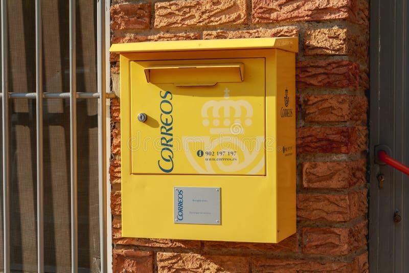 Gelber Briefkasten der spanischen Postverteilungsfirma Correo lizenzfreie stockfotos