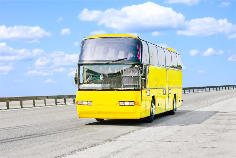 Gelber Bus auf Straße lizenzfreie stockbilder