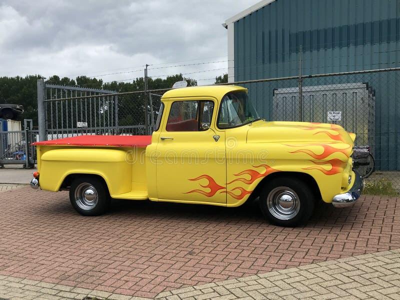 Gelber Chevrolet-Kleintransporter stockbild
