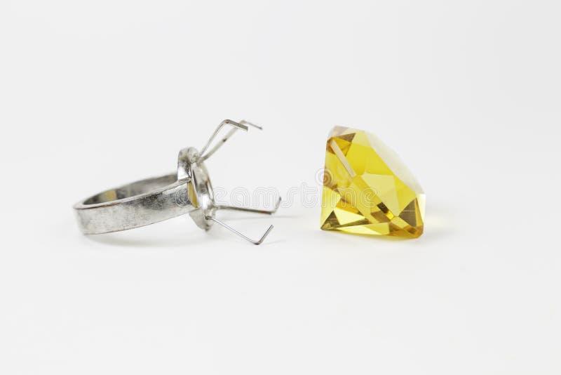 Gelber Diamond Ring lizenzfreie stockbilder