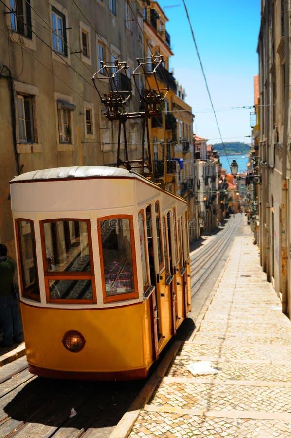 Gelber Förderwagen Lissabon stockbild