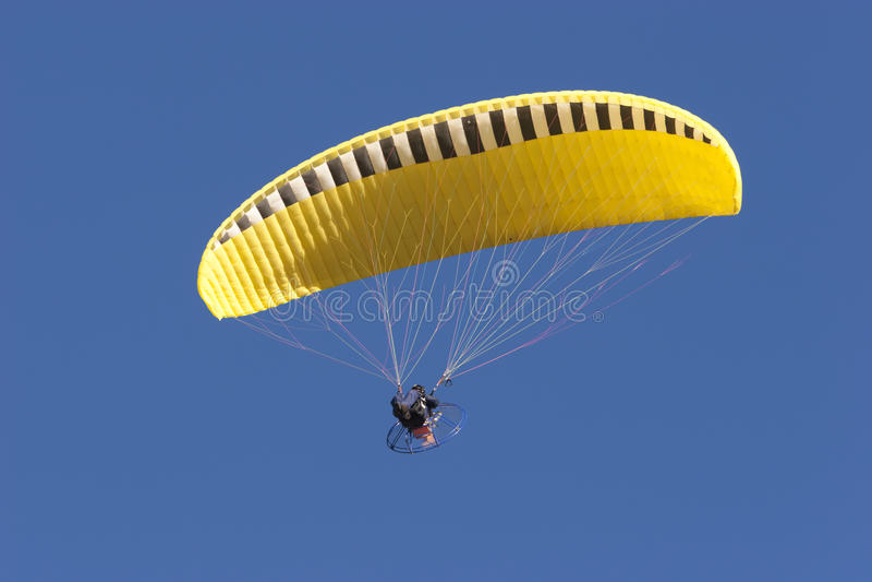 Gelber Fallschirm lizenzfreie stockbilder