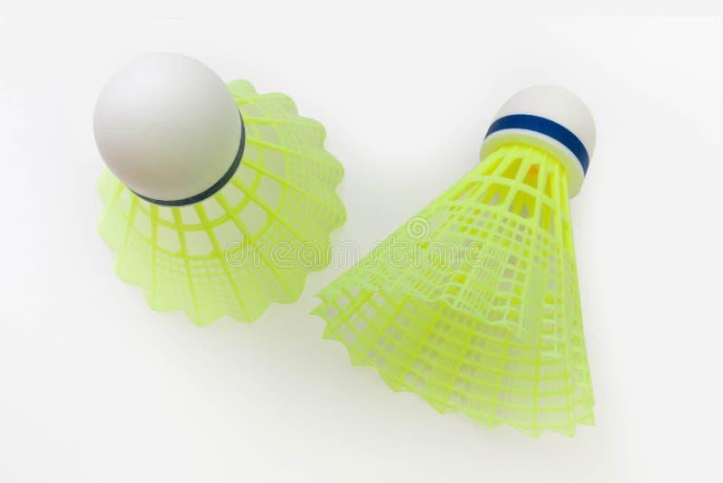 Gelber Federball zwei gegen lizenzfreie stockfotos