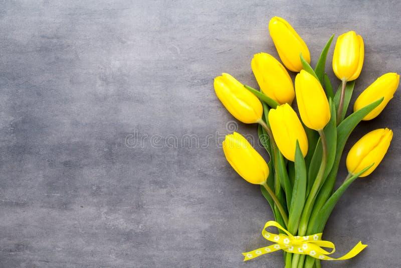 Gelber Frühling blüht, Tulpe auf einem grauen Hintergrund stockfoto