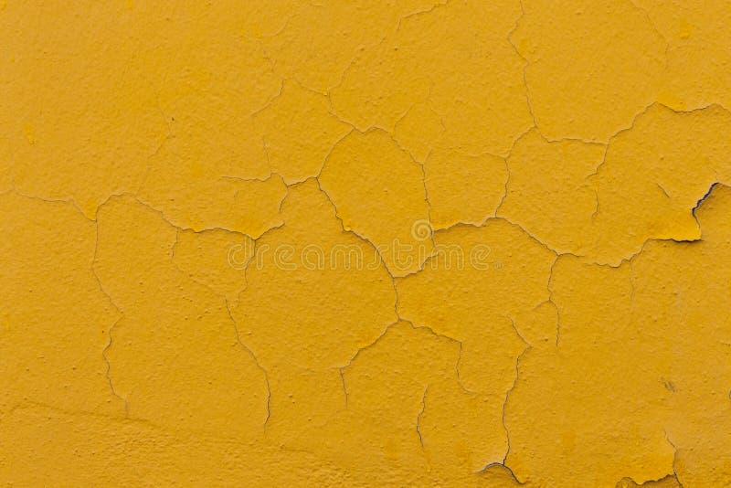 Gelber gebrochener Wandhintergrund lizenzfreie stockbilder