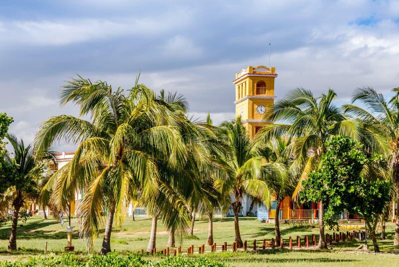 Gelber Glockenturm mit Palmen an der Front, nah an Anconstrand stockfotos