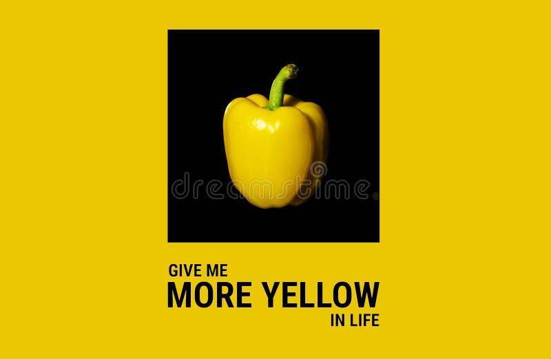 Gelber grüner Pfeffer auf dem gelben Hintergrund mit leerem Raum stockfotografie