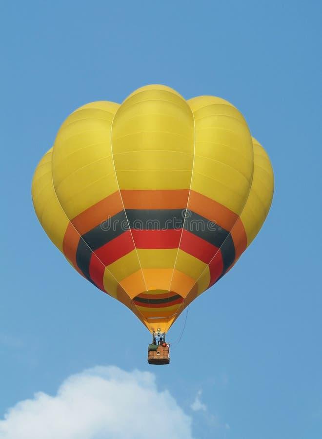 Gelber Heißluftballon lizenzfreies stockbild