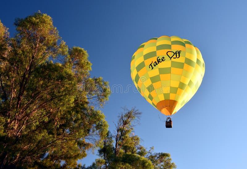 Gelber Heißluftballon stockfoto