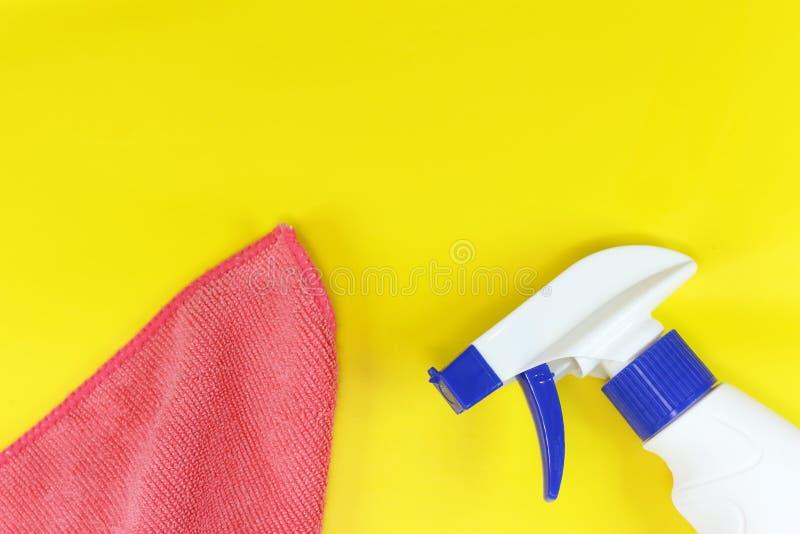 Gelber Hintergrund auf dem Thema der Reinigung mit buntem spongesyellow Hintergrund auf dem Thema des S?uberns mit einem Spray un stockbild