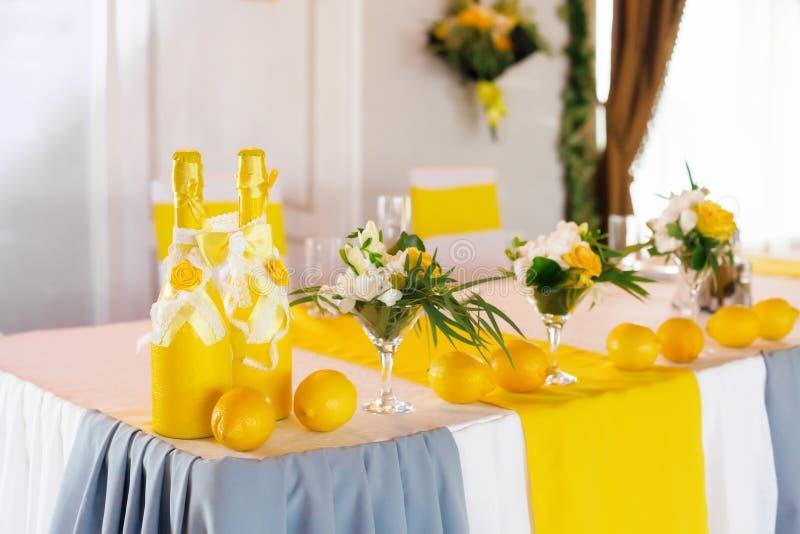 Gelber Hochzeitstafeldekor für Braut und Bräutigam stockfoto