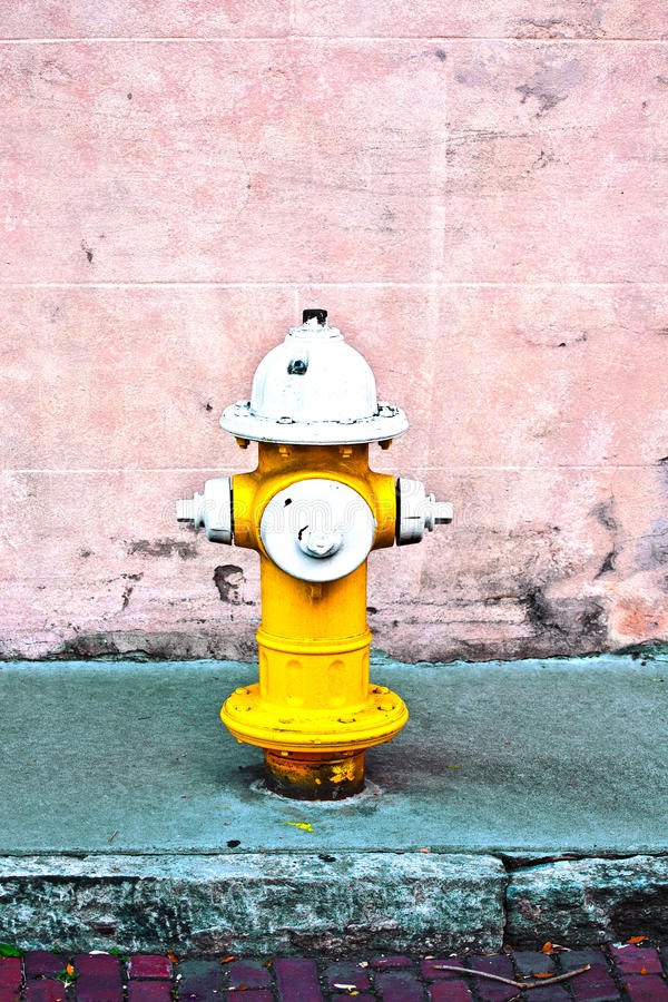 Gelber Hydrant stockfotografie