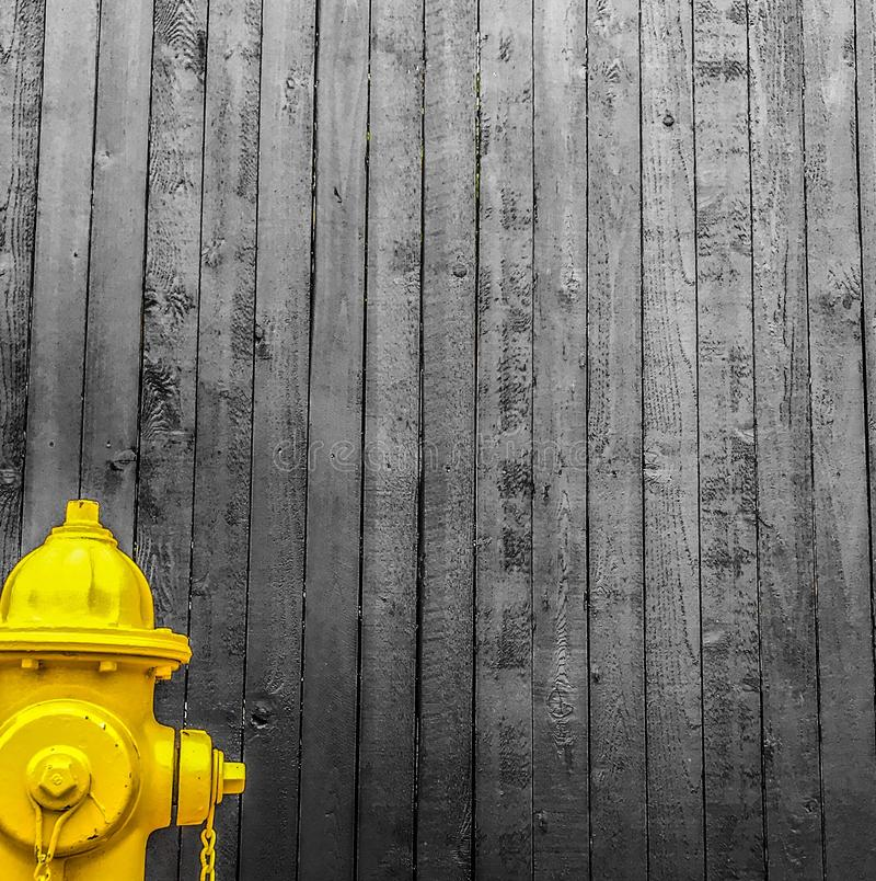 Gelber Hydrant lizenzfreies stockbild