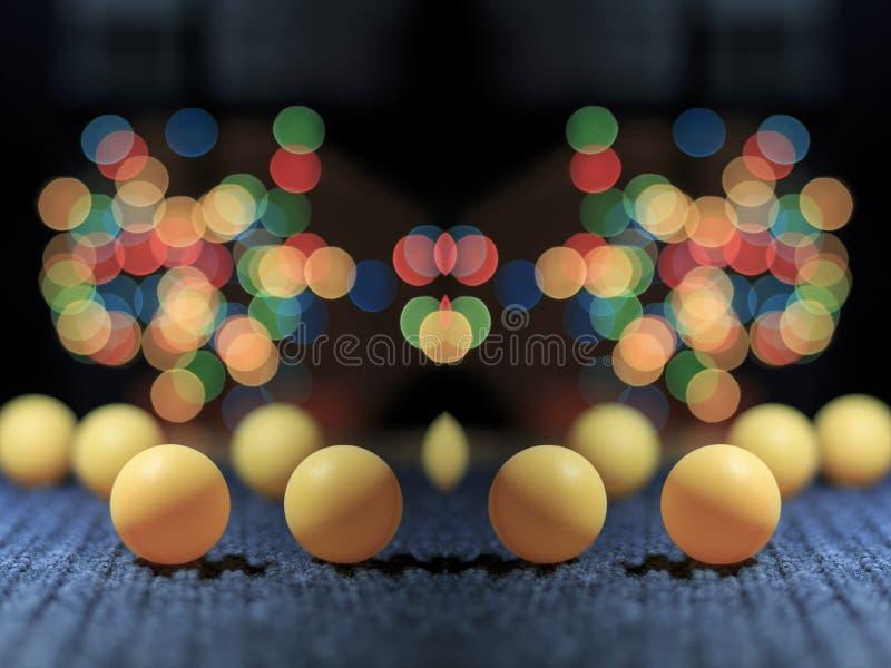 Gelber Klingeln pong Ball, mit bokeh Hintergrund, auf schwarzem Hintergrund stockfoto