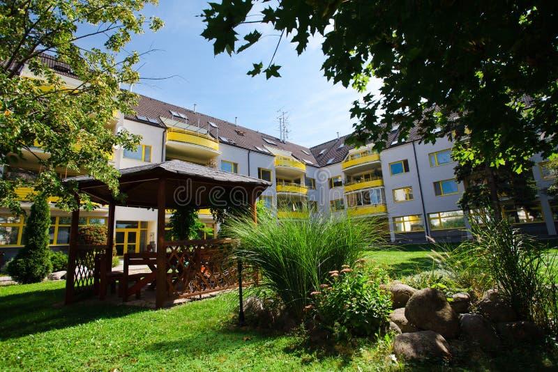 Gelber Komplex des haus- Wohnwohnblocks - Park im Hinterhof stockbilder
