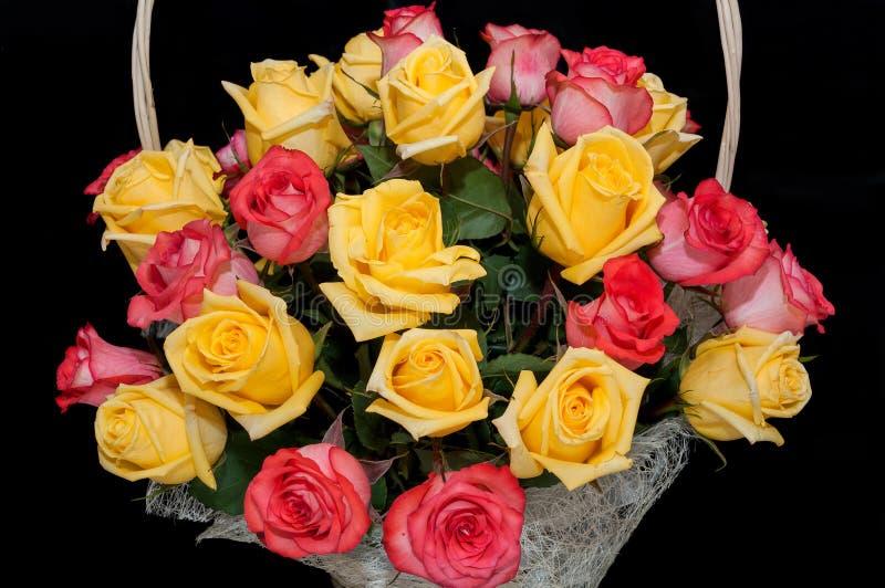 Gelber Korb der roten Rosen stockfotografie