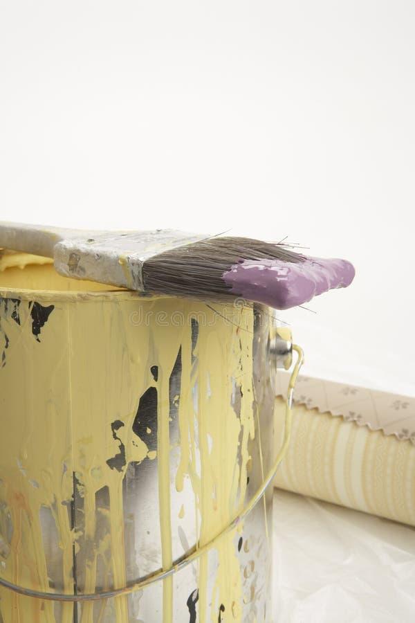 Gelber Lack und purpurroter Pinsel lizenzfreie stockfotos