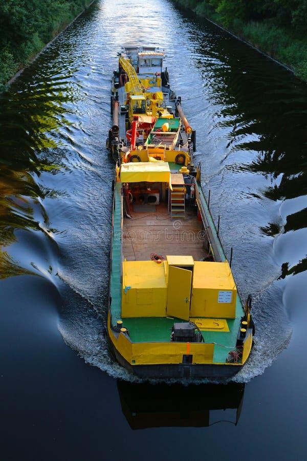 Gelber Lastkahn während des Transportes Flusstransport lizenzfreies stockbild