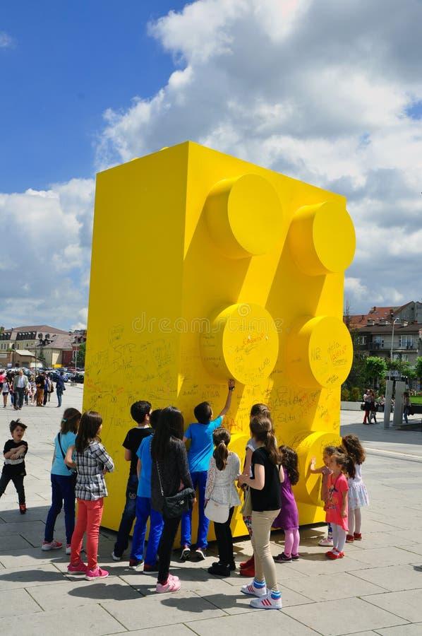 Gelber lego Ziegelstein in Quadrat Prishtina's Skanderbeg lizenzfreies stockfoto