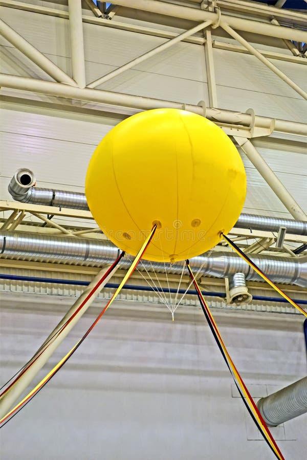Gelber Luftballon, metallische industrielle Rohre, Industrie, stockfotografie