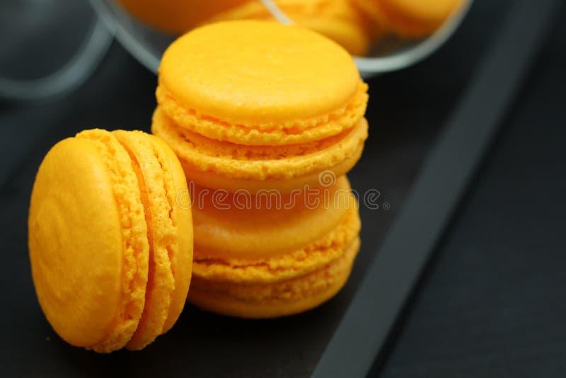 Gelber Macaron-Abschluss oben stockbilder