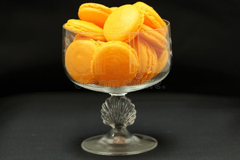 Gelber Macaron-Abschluss oben in einem Glasvase lizenzfreie stockfotos