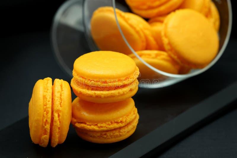 Gelber Macarons-Abschluss oben in einem Glasvase lizenzfreie stockbilder