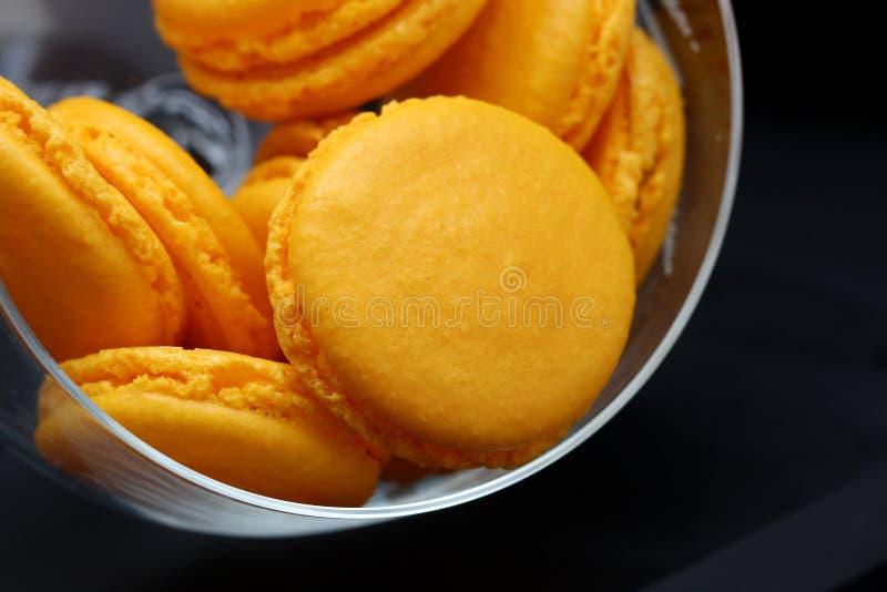 Gelber Macarons-Abschluss oben in einem Glasvase lizenzfreies stockfoto