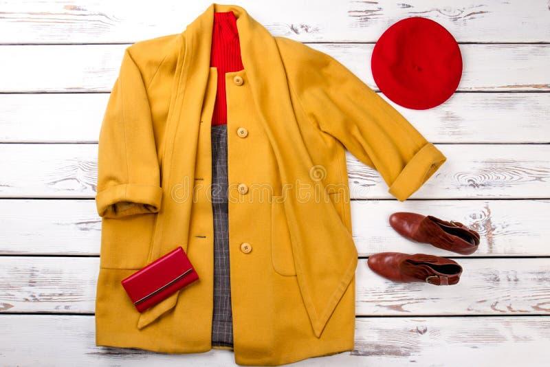 Gelber Mantel mit gezogen über Ärmel stockbilder