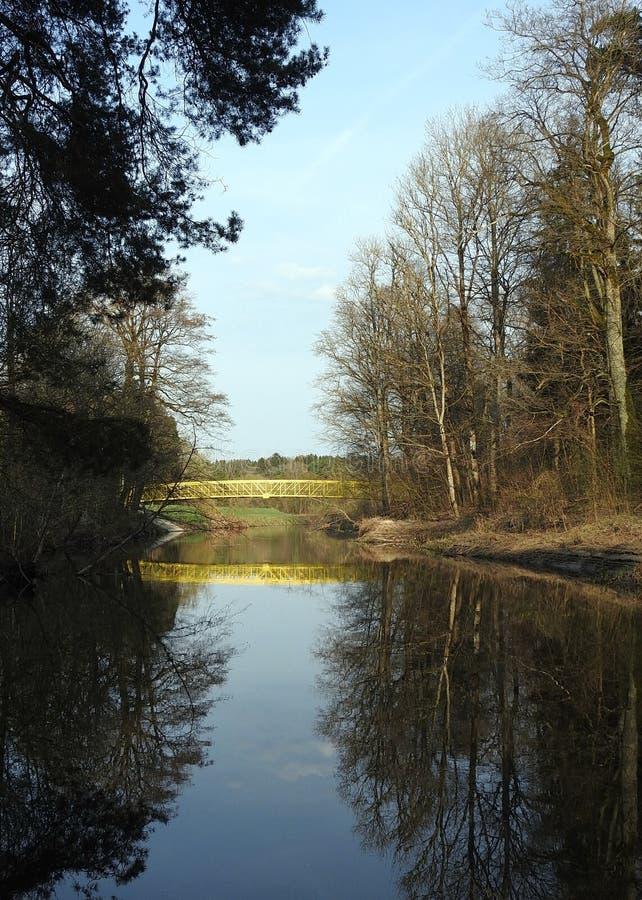 Gelber metallischer Steg und schöne Frühlingsbäume, Litauen lizenzfreie stockbilder